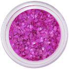 Ružovo-fialové úlomky nepravidelného tvaru