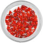 Červené kamienky na nechty - trojuholník