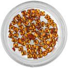 Oranžové ozdoby na nechty - kamienky, štvorčeky